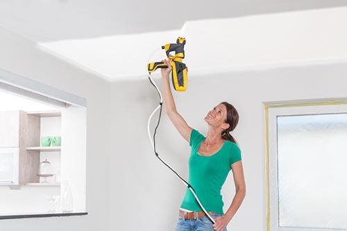 Poradnik - malowanie ścian - natryskowe malowanie sufitu